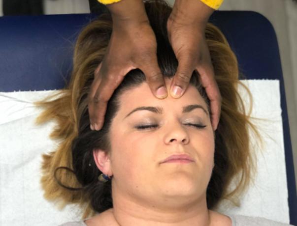 Massage du visage et du crâne.